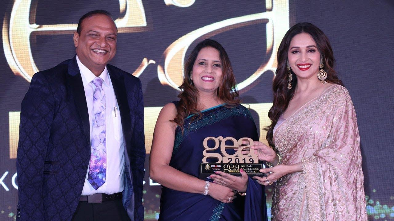 dr-gunjan-gupta-fertility-expert-in-delhi-award-by-madhuri-dixit